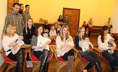 Vítání občánků v obřadní síni radnice v Písku.