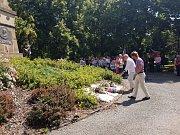Shromáždění u pomníku na Mírovém náměstí v Písku.