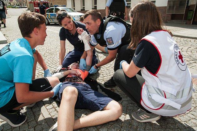 Cvičení mladých záchranářů a jednotek IZS na milevském náměstí.
