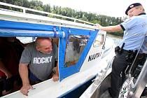 Policisté ze Zvíkovského Podhradí kontrolují lodivody přímo na hladině přehrady.