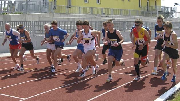 Náš snímek je ze startu mužů na 1000 metrů, který se běžel v rámci atletických závodů Písecký kilometr v Písku. Vítězství vybojoval Josef Krygar ze Sokola České Budějovice.