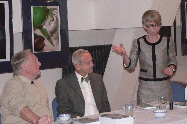 Na snímku jsou (zleva) lékaři Otakar Mlejnek a Jan Pirk s pracovnicí Městské knihovny v Písku Soňou Sádlovou při říjnové besedě ve Sladovně