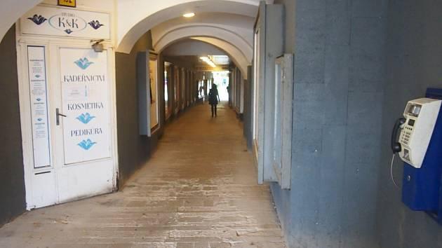 Průchod z Velkého náměstí do Palackého sadů.