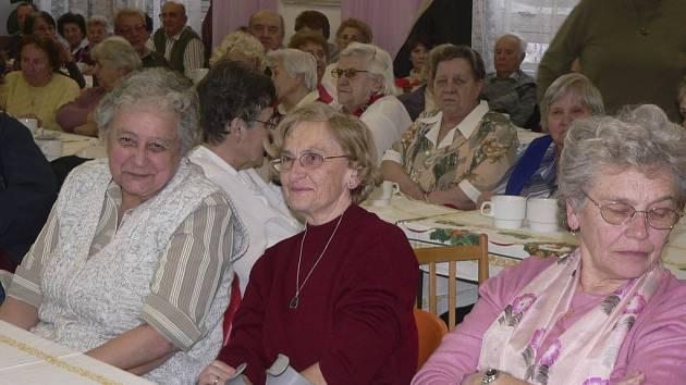 Organizace Pečovatelská služba a jesle města Písku pořádá ve stravovacím a společenském středisku různé  akce pro seniory. Snímek je z předvánoční besídky.