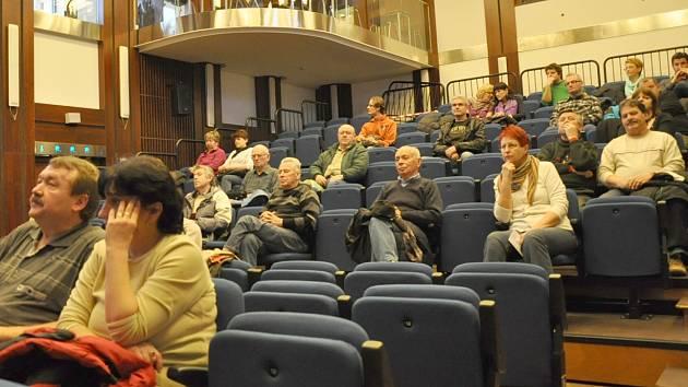 V Kulturním domě v Písku občané diskutovali s vedením města o lokalitách pro stavbu bazénu.