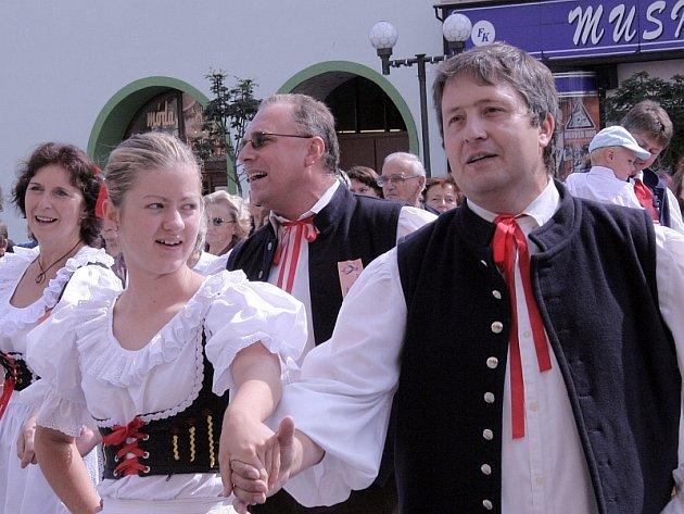ROZTANČENÁ ULICE. Tradiční tanec na Velkém náměstí a následný průvod městem, který se koná při každém ročníku mezinárodního folklorního festivalu v Písku, zahálili v sobotu dopoledne rovněž tradičně členové domácího souboru Písečan.