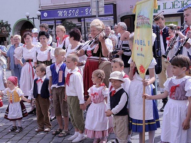 Tradiční tanec na Velkém náměstí a následný průvod městem, který se koná při každém ročníku mezinárodního folklorního festivalu v Písku, zahálili v sobotu dopoledne rovněž tradičně členové domácího souboru Písečan.