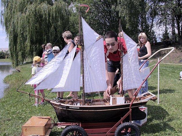 Na fotografii připravuje Ladislav Douša svůj model ke spuštění na vodu.