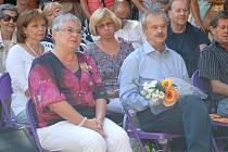 Miroslav Pechánek a jeho žena Milica  při vernisáži na nádvoří Prácheňského muzea v Písku.