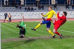 Písecký útočník Martin Held (ve žlutém) vyrovnal v 87. minutě zápasu na 2:2.