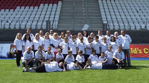 Na snímku je tým ZŠ Protivín (i se svým doprovodem), který si vybojoval postup z krajského finále fotbalového McDonald´s Cupu a ve stejném složení nastoupil i v Jihlavě.