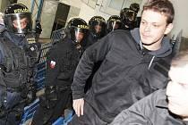 Nácvik zásahu proti agresivním fanouškům na zimním stadionu v Písku.