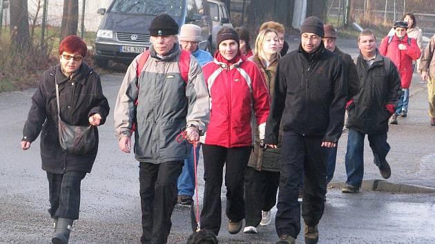Několik desítek lidí vyšlo v půl desáté od ZŠ Tomáše Šobra na tradiční silvestrovský pochod na Mehelník.