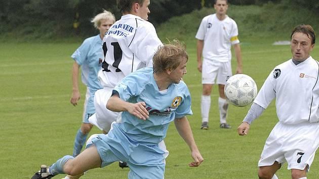 Domácí Jakš (11) ve vzdušném souboji s Marcelem Nouskem v utkání minulého kola krajského fotbalového přeboru, ve kterém Bavorovice zvítězily nad týmem FC Písek B 2:0.