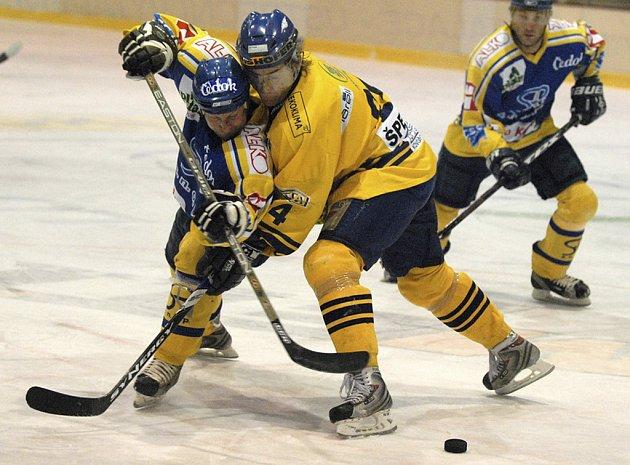 Domácí Zdeněk Šperger (ve světlém) bojuje o puk s Jiřím Vondřichem v utkání minulého kola druhé hokejové ligy, ve kterém Milevsko prohrálo doma s Pískem 4:5 po prodloužení.