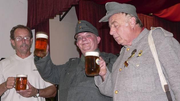 Při putování po místech Švejkovy budějovické anabaze se mnohdy sejde několik dobrých vojáků Švejků najednou.