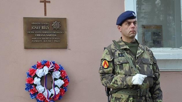 Na kapli v areálu vojenského hřbitova v Písku je pamětní deska věnovaná generálu Josefu Bílému.f