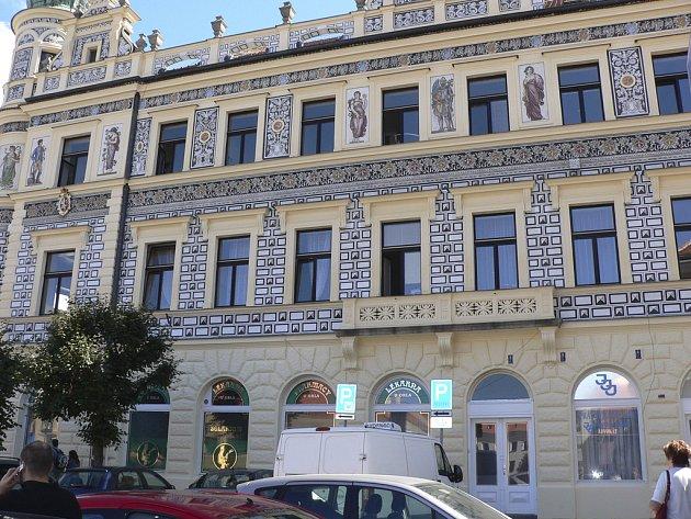 Opravená fasáda na budově bývalé polikliniky na Alšově náměstí v Písku.