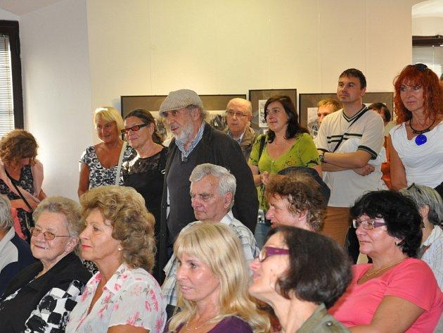 V galerii Prácheňského muzea v Písku se ve středu konala vernisáž výstavy  obrazů, kreseb, grafiky a asambláží Romana Erbena.