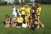 Na snímku je vítězné družstvo chlapců a dívek SK Čéčova České Budějovice i s hostujícími chyšeckými atlety.