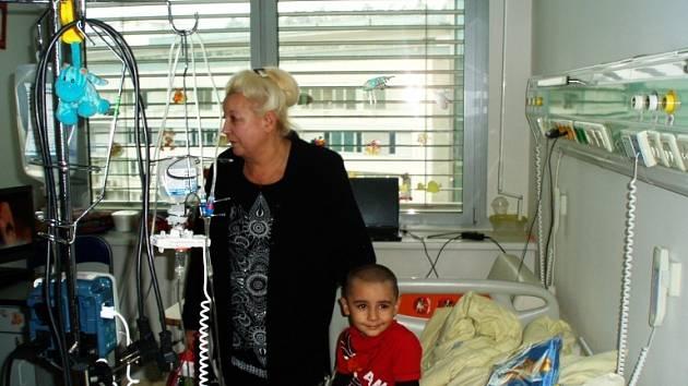 V MOTOLE. Květa Vejvalková z Protivína před Vánocemi organizuje návštěvu onkologicky nemocných dětí, které se léčí v pražském Motole.