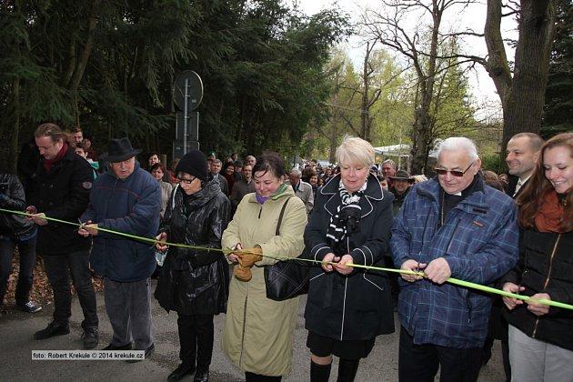 Kardinál Vlk při návštěvě Obchodní akademie vPísku.