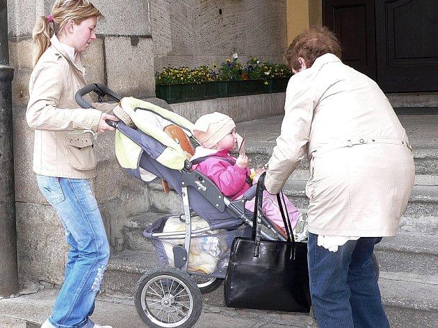Bariéry čekají na maminky, ale třeba také vozíčkáře, nejen u historické budovy písecké radnice