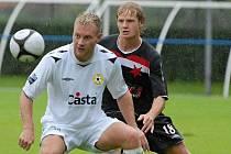 Slávista Štěpán Koreš (na snímku vpravo atakuje domácího Jiřího Chrdleho) odvedl v sobotním zápase České fotbalové ligy FC Písek - Slavia Praha B (2:1) dobrý výkon.