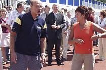 Běžkyně Jarmila Kratochvílová na dráze atletického stadionu v Písku s hercem Pavlem Novým.