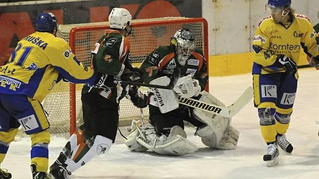 V sobotním utkání první ligy zvítězili hokejisté IHC Písek nad Mostem 4:2. Čtvrtý gól svého týmu zaznamenal Zdeněik Šperger (vpravo), vlevo je Patrik Petruška, před brankou jsou hostující obránce Jan Hranáč a gólman Martin Volke.