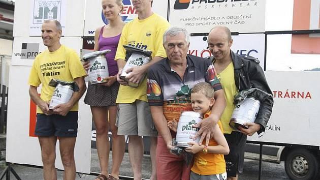 TÁLÍNŠTÍ TRIATLONISTÉ. Na snímku zleva představujeme závodníky Progress TT Tálín Petra Matouše, Janu Študentovou a Petra Tylichtra, které na stupních doplnili zástupci klubu Galaxy bike Tálín - nejstarší účastník závodů František Vejvoda a Martin Holub.