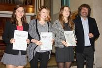 Slavnostní předávání ocenění z mezinárodních výtvarných soutěží žákům ZUŠ Písek. Na snímku jsou s režisérem Zdeňkem Troškou oceněné Barbara Bláhová, Pavlína Chroňáková a Dita Ruttenbacherová.