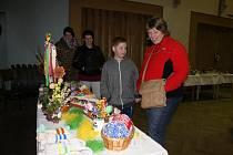 VÝSTAVA V MIROTICÍCH. Jakub Domín s maminkou Hanou obdivovali kraslice autorek Ireny a Šárky Horníkových (na snímku v pozadí) a Kateřiny Trejlové.