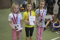 Na snímku je první zleva stříbrná Natálie Miňhová, vpravo je třetí v pořadí Monika Melkesová v běhu dívek (ročníku narození 2004) na 60 metrů.