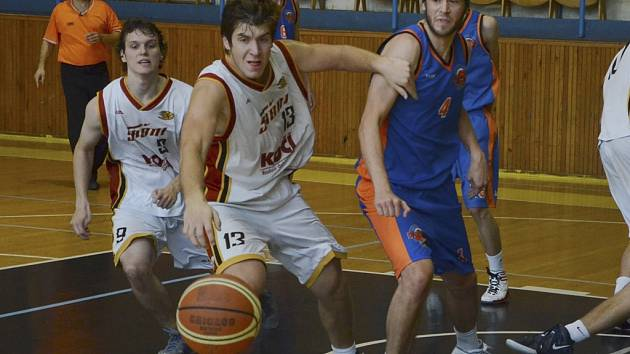 Opora týmu píseckých basketbalových juniorů Martin Štefanský (s míčem) v akci.
