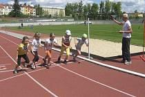Domácí činovník Jaroslav Putschögl startuje běh dívek na 400 metrů.