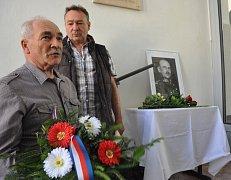 Pamětní desku odhalil prasynovec Josef Bílý za přítomnosti dalších prasynovců Karla Bergla a Zdeňka Bílého.