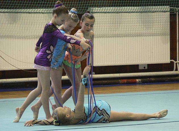 Před zahájením závodu se s exhibičním vystoupením představily písecké gymnastky v sestavě (zleva): Lucie Marková, Aneta Dubská, Žaneta Ptáčková a ležící Nela Horažďovská.