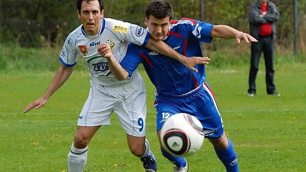 Martin Škulina (na snímku vlevo v osobním souboji s Kubíčkem) vstřelil v utkání krajského fotbalového přeboru dva góly a přispěl tak k výhře Milevska nad Bavorovicemi v poměru 3:0.