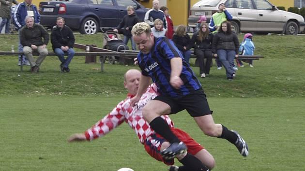 O tomto víkendu pokračují okresní fotbalové soutěže dalšími zápasy. Náš snímek je z nedávného střetnutí III. třídy Oslov - Semice.