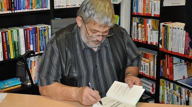 Křest 31. knihy Ladislava Berana s názvem Poslouchej toho s pistolí!