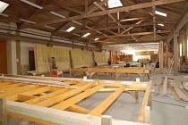 Hala společnosti Ecomodula, kde se vyrábějí sendvičové panely na stavbu pasivních domů.
