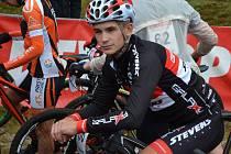 Cyklista Jonáš Březina v dresu nového týmu.