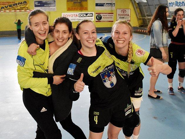 RADOST píseckých házenkářek po utkání s Veselím neznala mezí. Zleva Kristýna Neubergová, Veronika Benešová, Michaela Boorová a Eliška Jačková.