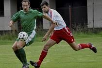 Domácí Hynek Rybák (vlevo) uniká Spěvákovi v utkání krajského fotbalového přeboru, ve kterém Čížová porazila mužstvo z Týna nad Vltavou 2:1.