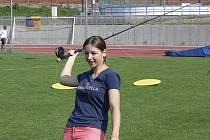 Na snímku je Tereza Havelková při ligovém závodě v rybolovné technice na atletickém stadionu doma v Písku.