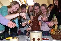 V pátek se na Gymnáziu Písek konal tradiční Den frankfonie. Studenti si mohli vyzkoušet třeba belgickou specialitu - ovoce namáčené do čokolády.
