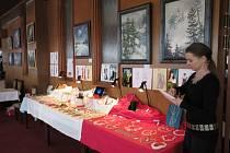 VÝSTAVY v Hotelu Zvíkov se účastnila se svými šperky také Jana Piarová. Obrazy, fotografie a dřevěné sochy budou k vidění  do 15. února.