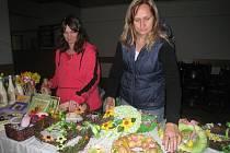 V BRANICÍCH. Iva Hrabáková (vlevo) a Veronika Fuková na jarmarku v Branicích.