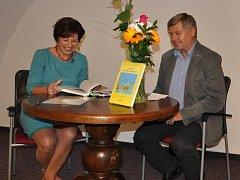 Spisovatelka Jaroslava Pixová představila svoji knihu Za osudy klapajících perliček také v Prácheňském muzeu v Písku. Na snímku je s jeho ředitelem Jiřím Práškem.